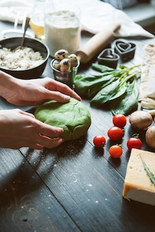 요리사 요리사는 축제 저녁 식사를 위해 하트 모양의 녹색 라비올리를 단계별로 만듭니다.
