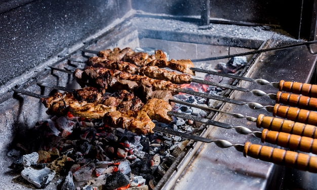 シェフはグリルでおいしい牛肉と豚肉のバーベキューを調理します。グルジア料理店。