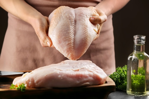 テーブルの上でおいしい七面鳥の切り身を調理するシェフ