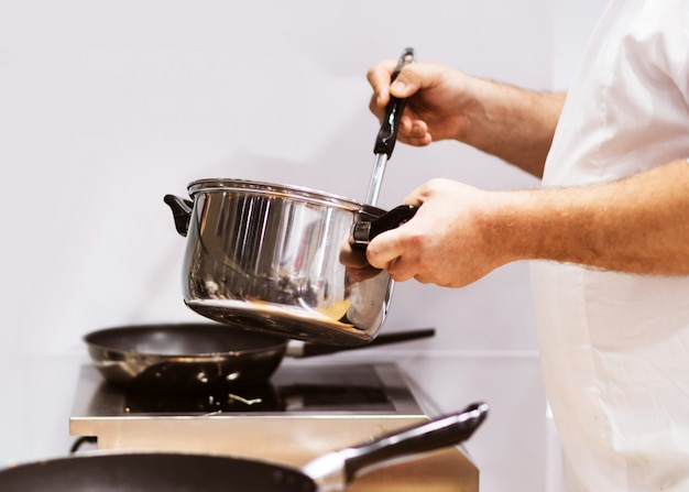 주방에서 음식을 요리하는 요리사, 음식을 준비하는 요리사