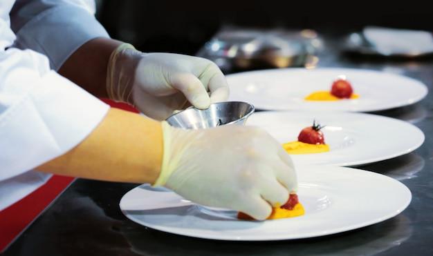 주방에서 음식을 요리하는 요리사