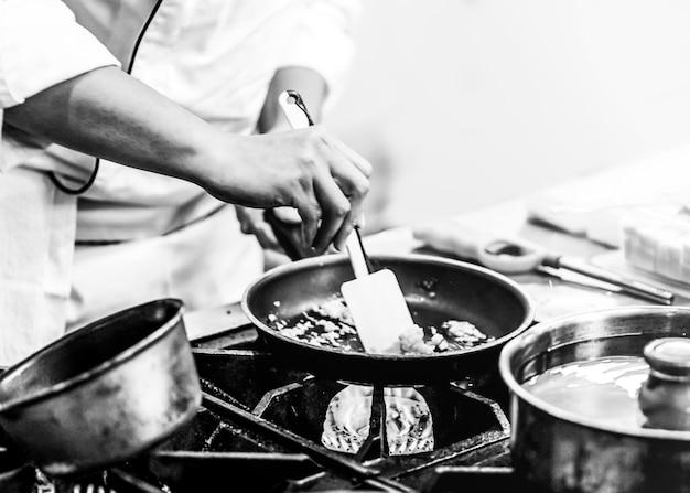 요리사는 부엌에서 요리, 직장에서 요리사, 흑인과 백인