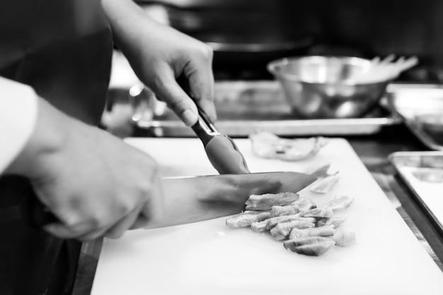 부엌에서 요리하는 요리사