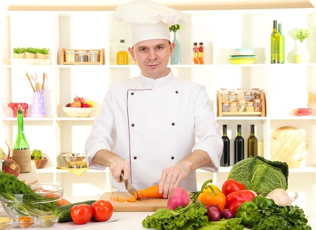 Шеф-повар готовит на кухне