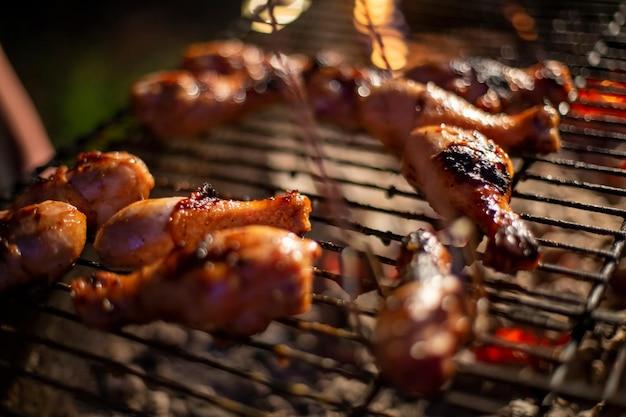 Шеф-повар готовит рывок барбекю курица барбекю на гриле рука поворачивает еду