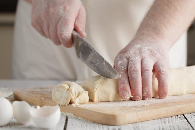 Шеф-повар готовит на деревянной доске