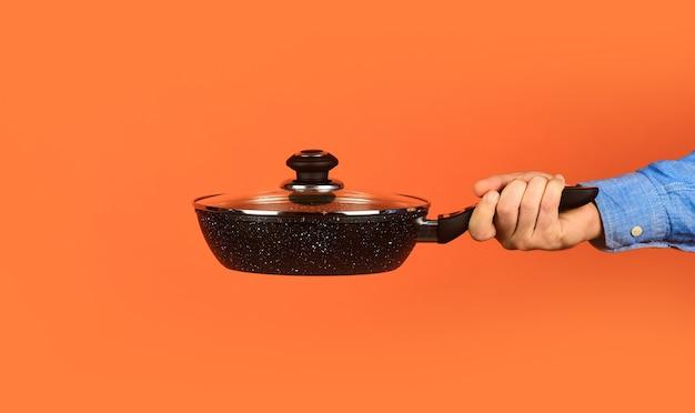 Повар готовит суп на кухне ресторан готовит обед моя профессия пекарь