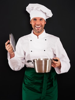 鍋で調理するシェフ