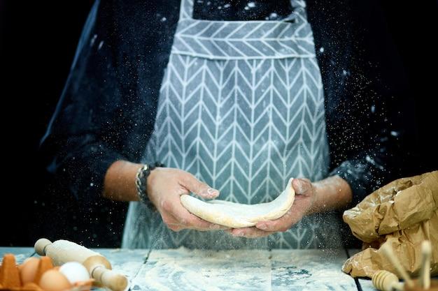 Шеф-повар готовит тесто