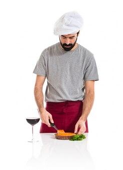 Шеф-повар режет пирог