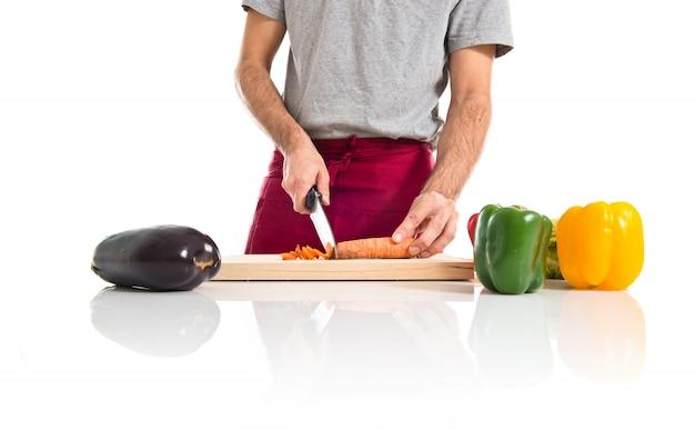 Шеф-повар режет морковь