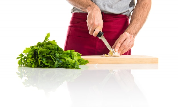 Шеф-повар, разрезающий чеснок