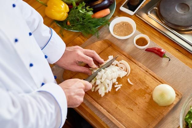 Шеф-повар режущий лук
