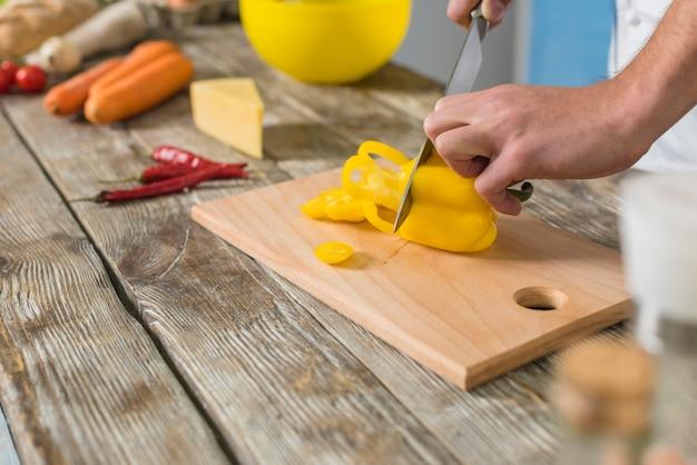 Chef taglio peperone giallo
