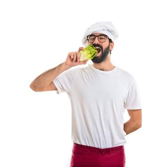 Шеф-повар, питающийся салатом