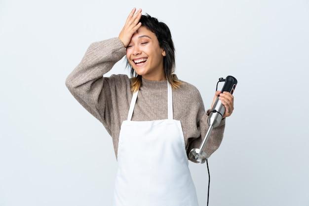 격리 된 흰 웃음에 손 믹서기를 사용 하여 요리사 소녀