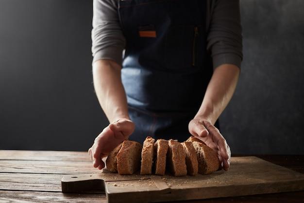 요리사 손 절단 수제 슬라이스 빵