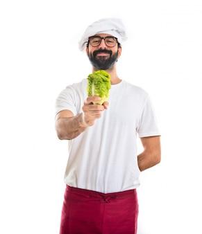 Шеф-повар, держащий салат
