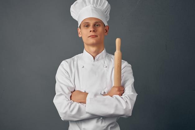 麺棒を手に持った料理人