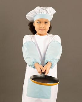 Шеф-повар держит кастрюлю вид спереди