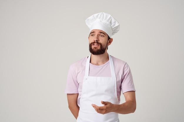 Шеф-повар в ресторане профессиональной кухни в белом фартуке