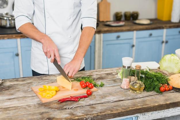 Шеф-повар на кухне приготовления пищи с овощами