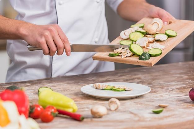 야채와 함께 요리하는 주방 요리사 무료 사진