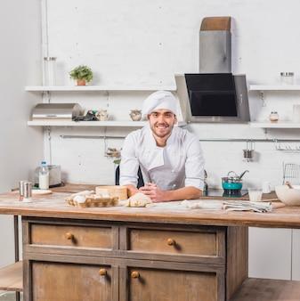 반죽을 만드는 부엌에있는 요리사 무료 사진