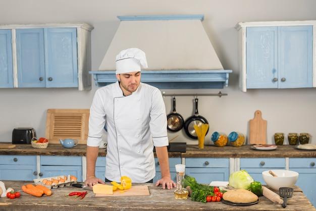 야채와 함께 부엌에서 요리사