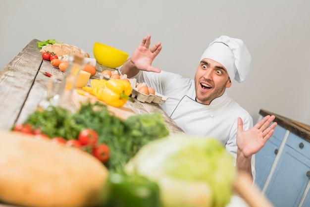 Шеф-повар на кухне с овощами