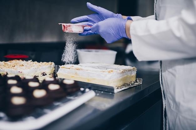 パン屋の作業台でクッキーを作るシェフ。