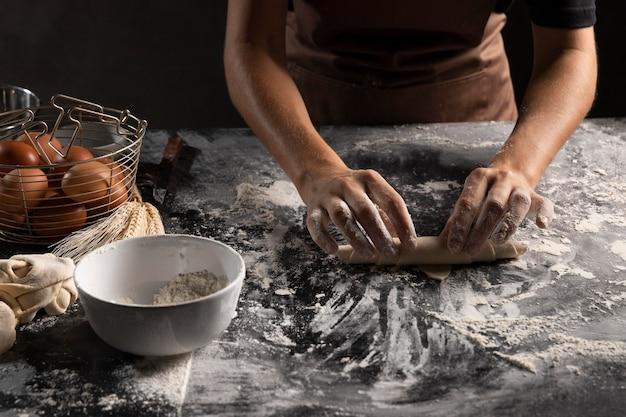 Шеф-повар готовит выпечку из теста