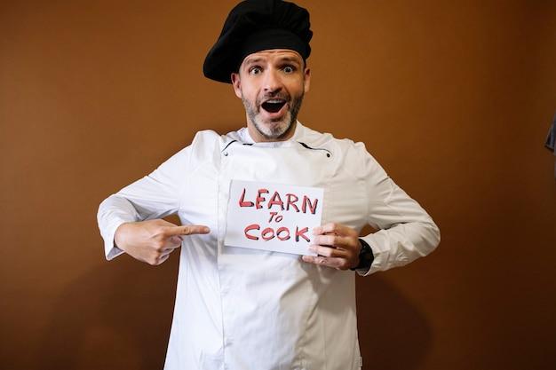 学ぶと料理するという看板を持っているシェフの男