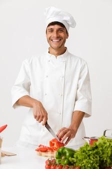 白い壁の料理に孤立したシェフの男。