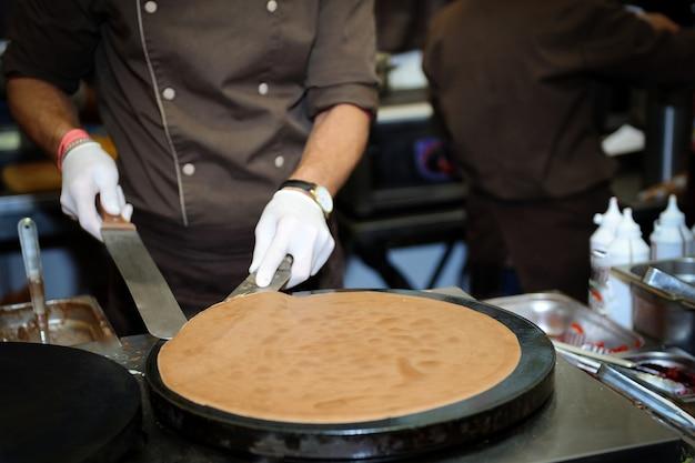 シェフがパンケーキのクローズアップを準備します