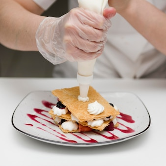 Шеф-повар готовит вкусный десерт