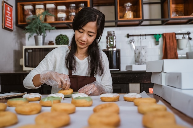 キッチンでドーナツを準備するシェフ