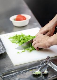 주방에서 음식을 준비하는 요리사