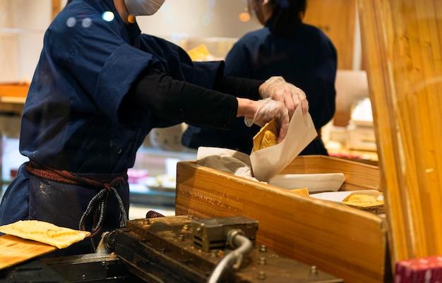 伝統的な日本食を調理するシェフ