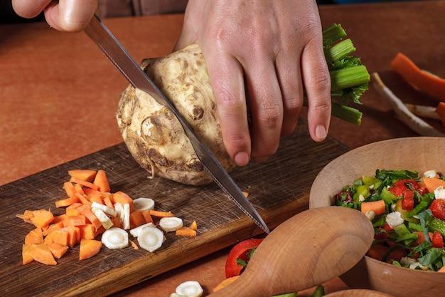 シェフが野菜を準備する