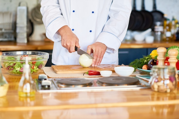Шеф-повар готовит вегетарианский салат