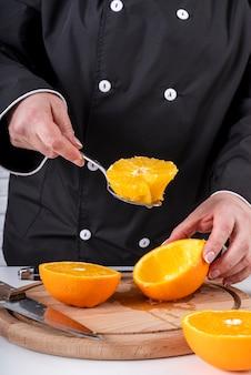 Lo chef raccoglie arance