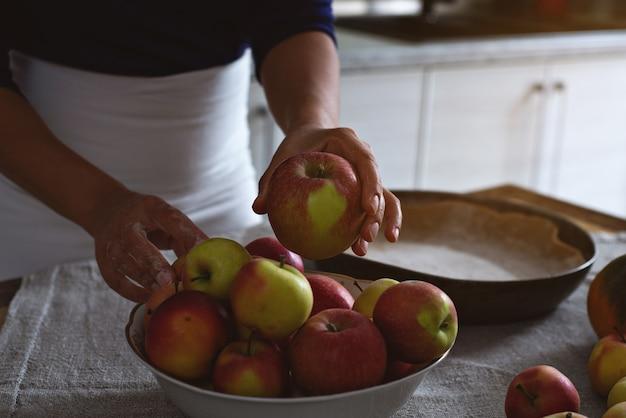 シェフが伝統的なアップルパイにリンゴを選ぶ