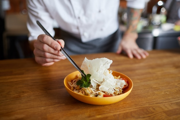 アジア料理を出すシェフ