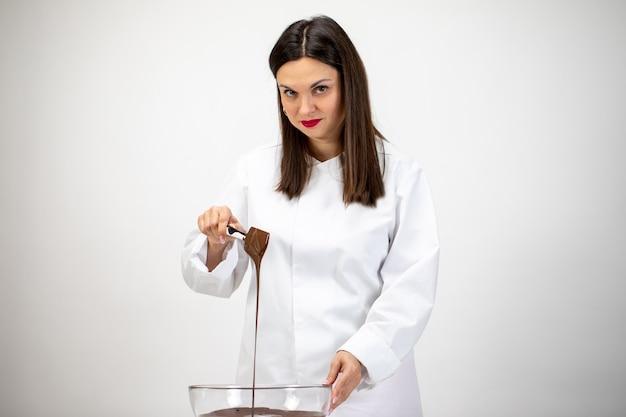 ダークメルトチョコレートをかき混ぜて注ぐシェフ