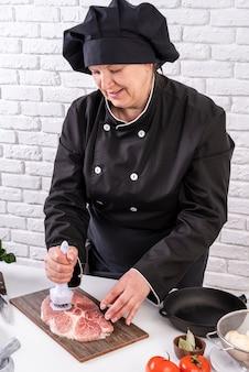 Шеф-повар смягчает мясо для блюда