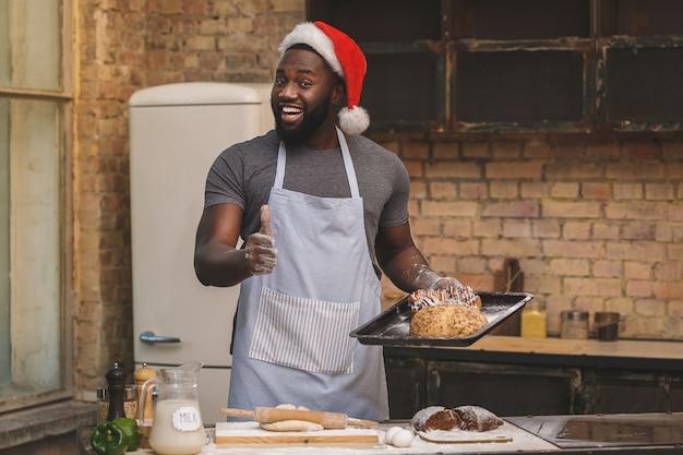 Шеф-повар носит фартук, готовит тесто для хлеба, использует разные ингредиенты на кухне.