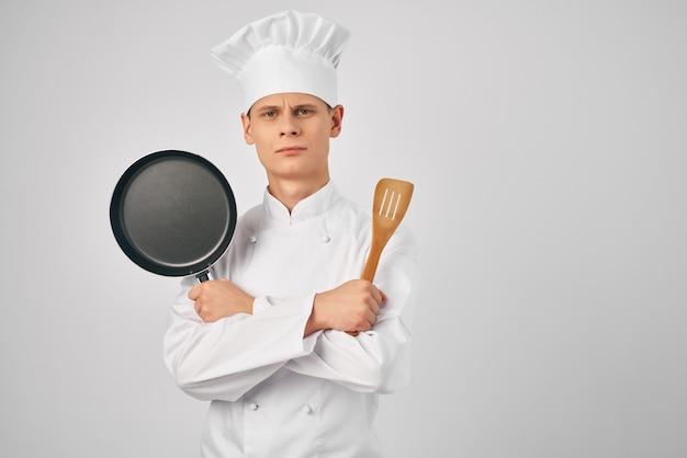 手にフライパンを持ったシェフ台所用品レストラン料理