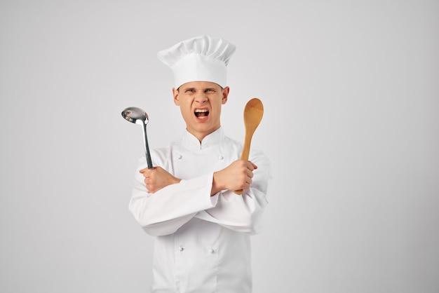 手にひしゃくを持ったシェフプロの料理レストラン
