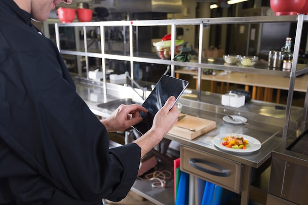 Шеф-повар с планшетом